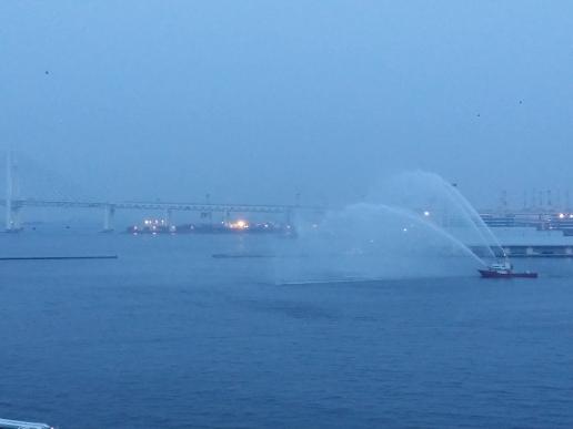 横浜港の見送り放水
