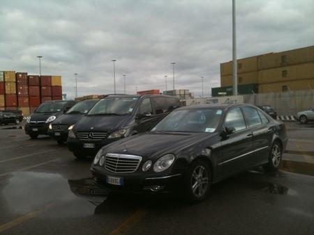 チベタベッキア港に集まった送迎車