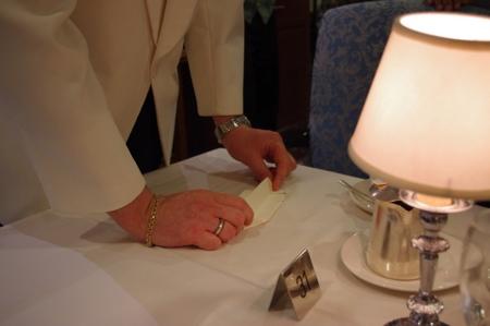 折り紙をするヘッドウェイターのグレゴリー on オーシャンプリンセス