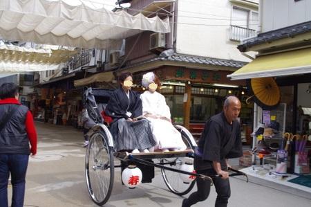 人力車に乗った花嫁・花婿 at 宮島