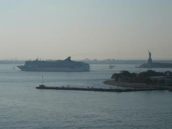 自由の女神像とクルーズ船