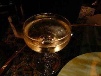 アートオークションで配られる無料シャンパン