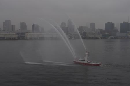 東京消防庁による歓迎放水