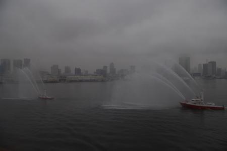 東京消防局による歓迎放水