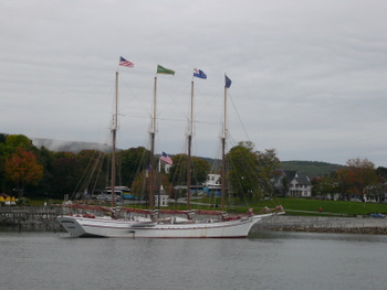 バーハーバーに浮かぶ帆船