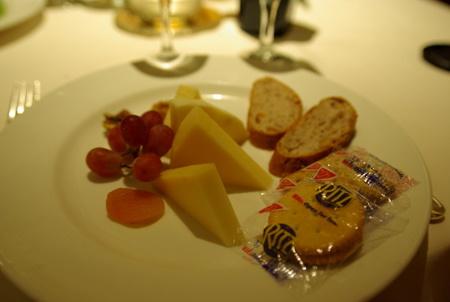 前菜:クルミ入りパンとチーズ、ぶどう