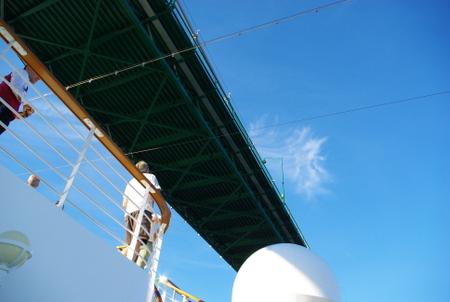 客船から見上げたライオンズゲートブリッジ