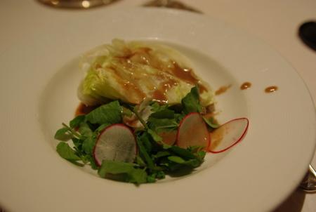 サラダ:クレソン、赤い大根とアイスバーグレタスのサラダ