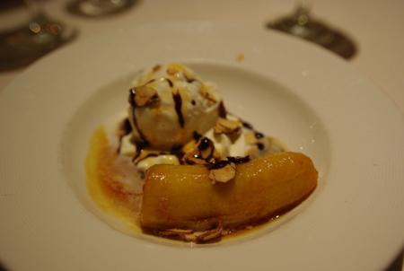 デザート:フランベしたバナナとアイスクリーム キャラメルソース