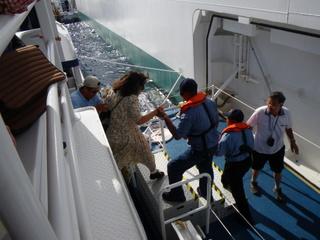 船をおりる乗客の様子