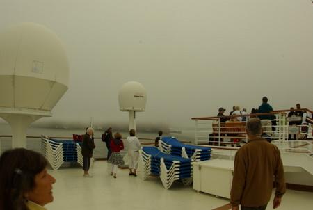 霧で真っ白のスタープリンセスのデッキ