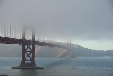 霧のゴールデンゲートブリッジ