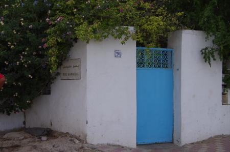 チュニジアンブルーの青い扉