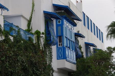 シディブサイドの白壁と青い窓枠