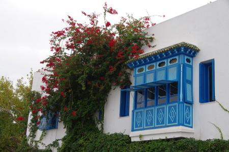 シディブサイドの白い壁と青い窓枠