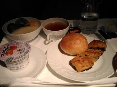 アリタリア航空 AZ784便 ビジネスクラスの機内食 (1).jpg