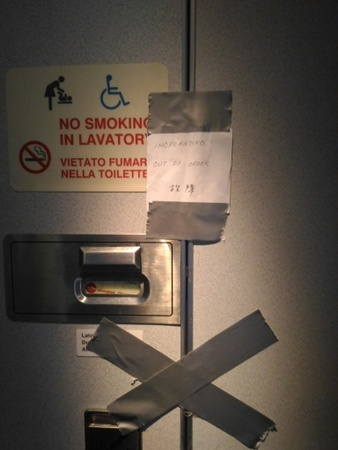 アリタリア航空 AZ785便の故障したトイレ (1).jpg