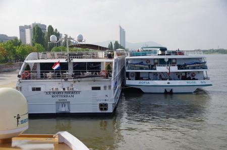 ウィーン停泊中のリバークルーズ船 (2).JPG