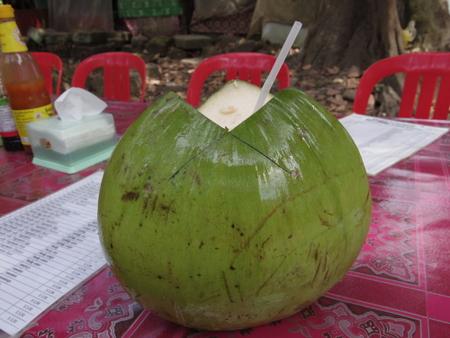 カンボジアでココナッツジュース