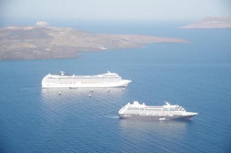 サントリーニ島に寄港中のクルーズ船.JPG