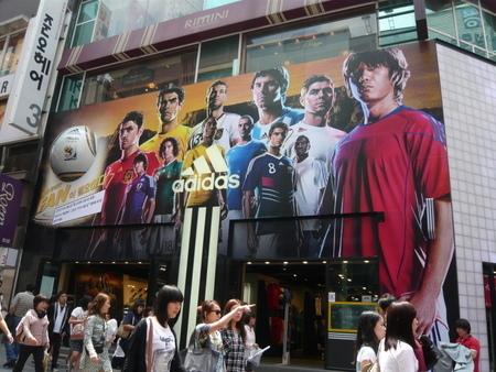 ソウル・明洞 Adidasの看板.JPG