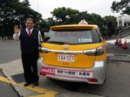タクシーとドライバーの陳さん.jpg