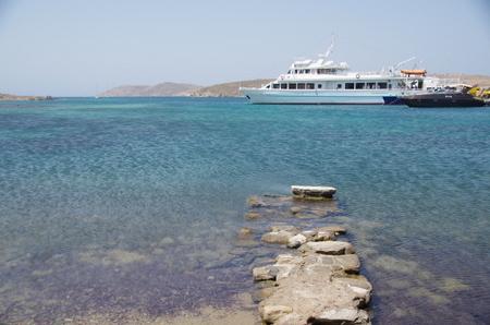 デロス島の海とフェリー.JPG