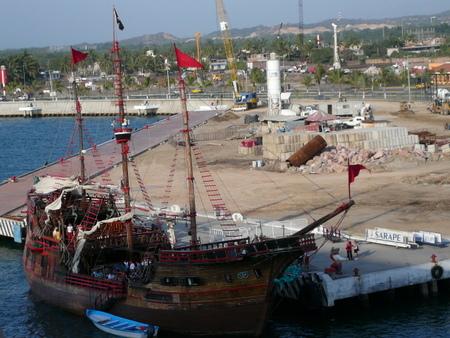プエルト・バヤルタ港で見た船