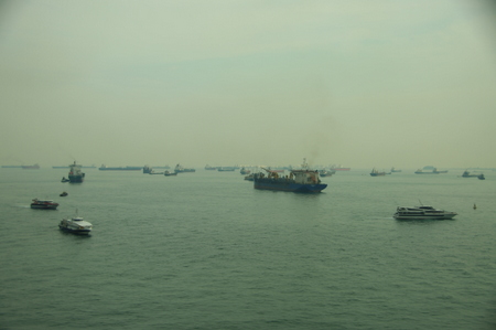 船が行き交うシンガポール海域