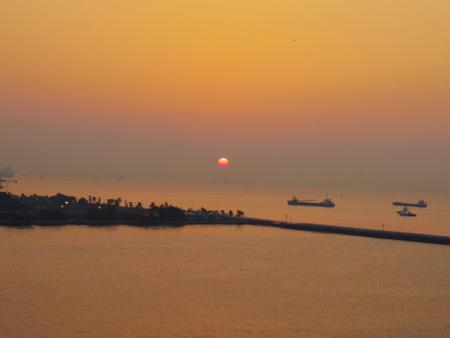 朝日の横浜港