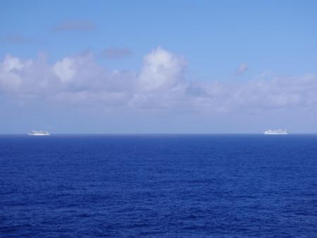 縦列航行するクルーズ客船